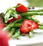 Erdbeeren auf mariniertem Spargel