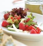 Salat mit Mozzarella und Beeren